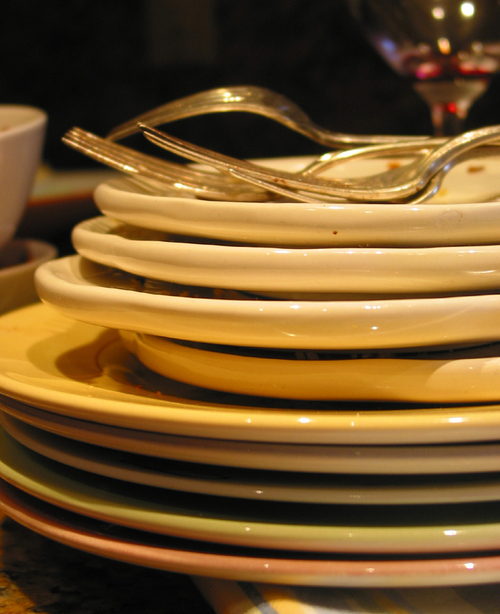 Many_plates_and_forks